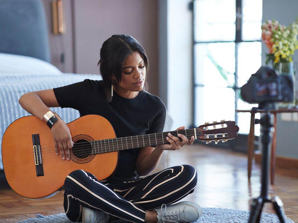 Ngồi hay đứng chơi đàn guitar hay hơn